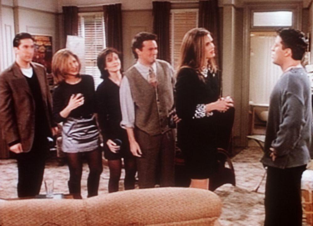 Erica (Brooke Shields, 2.v.r.), ein Fan von Joey (Matt LeBlanc, r.), will nicht glauben, dass er nur im Fernsehen Arzt ist. - Bildquelle: TM+  2000 WARNER BROS.