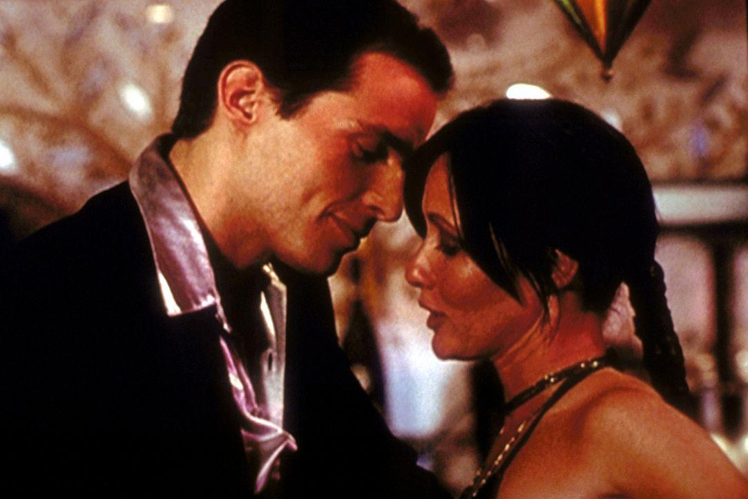 Bane (Antonio Sabàto jr., l.) ahnt nicht, dass Prue (Shannen Doherty, r.) eine Hexe ist. - Bildquelle: Paramount Pictures