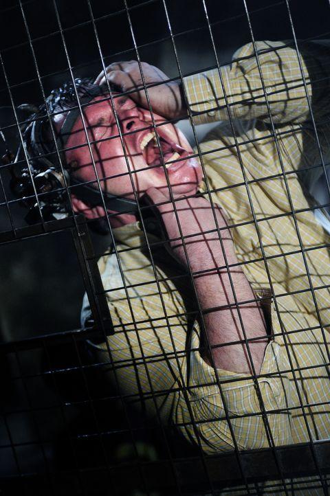 Eddies (Marty Moreau) Kopf steckt unglücklicherweise in einem Harnisch, der mit Schrauben bestückt ist, welche sich in seine Schläfen bohren werden,... - Bildquelle: Steve Wilkie Kinowelt GmbH