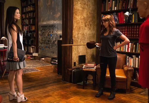 Elementary - Joan (Lucy Lui, l.) lässt nicht locker und endlich erfährt sie m...