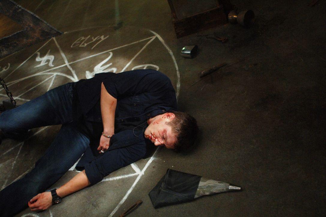 Jemand hat Luzifers Schwert gefunden und tötet damit Engel. Castiel und Uriel haben Alastair gefangen genommen und bitten Dean (Jensen Ackles) sein... - Bildquelle: Warner Bros. Television