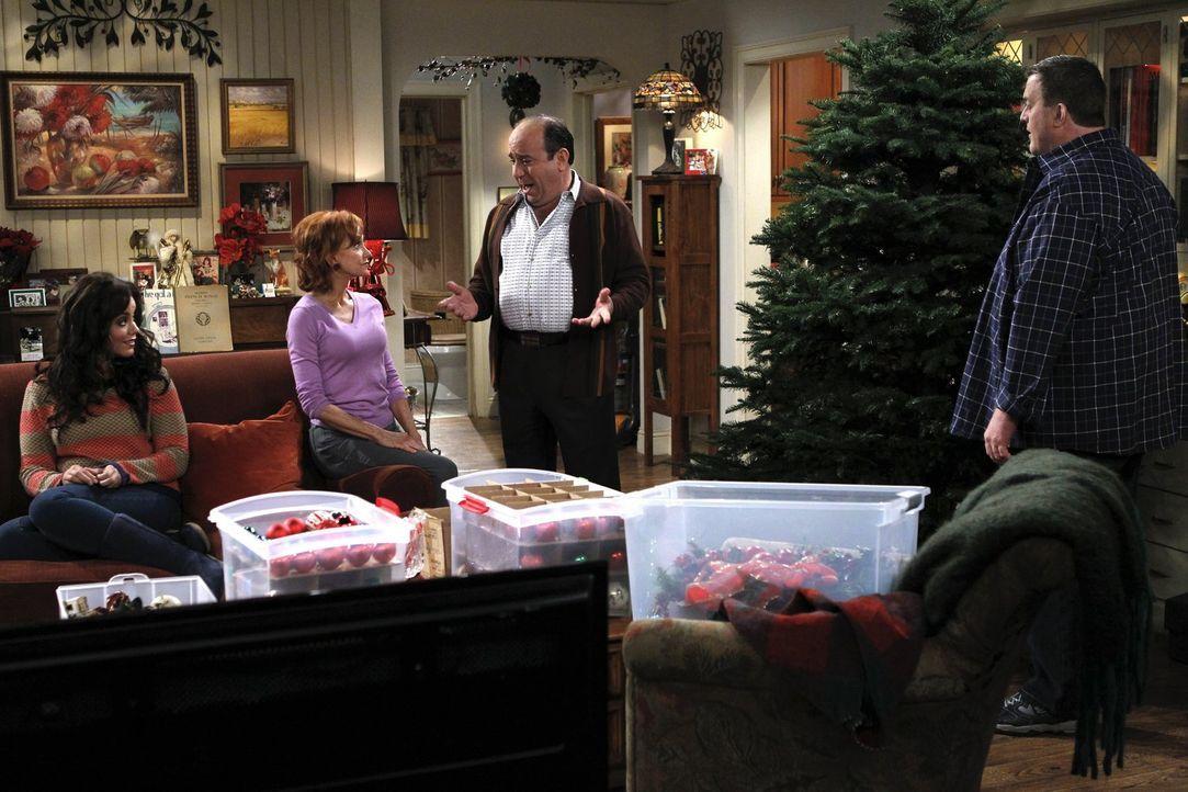 Machen sich Sorgen um Molly, der Weihnachten plötzlich egal ist: Mike (Billy Gardell, r.), Victoria (Katy Mixon, l.), Joyce (Swoosie Kurtz, 2.v.l.)... - Bildquelle: Warner Brothers