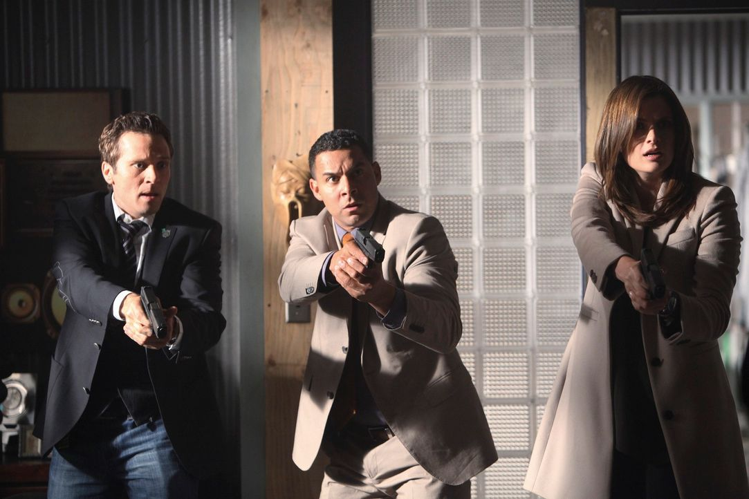 Kevin Ryan (Seamus Dever, l.), Javier Esposito (Jon Huertas, M.) und Kate Beckett (Stana Katic, r.) können nicht fassen, dass sie Castle am Tatort a... - Bildquelle: 2010 American Broadcasting Companies, Inc. All rights reserved.