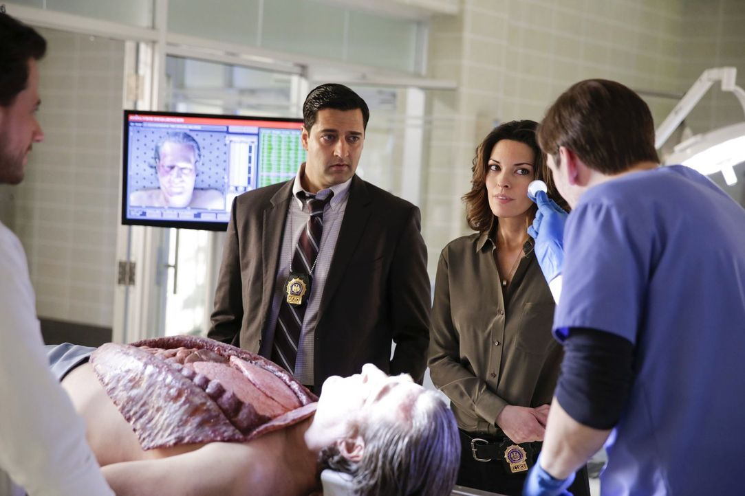 Der Mord an dem Schatzsucher führt Jo (Alana De La Garza, 2.v.r.) und Hanson (Donnie Keshawarz, l.) in die Kreise waghalsiger Abenteurer ... - Bildquelle: Warner Bros. Television