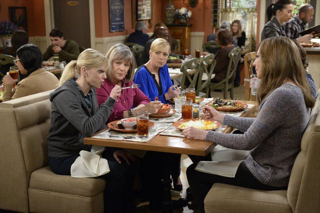Christy (Anna Faris, l.) berichtet Marjorie (Mimi Kennedy, 2.v.l.), Jill (Jaime Pressly, 3.v.l.), Bonnie (Allison Janney, r.) und Wendy von ihrer So... - Bildquelle: 2015 Warner Bros. Entertainment, Inc.
