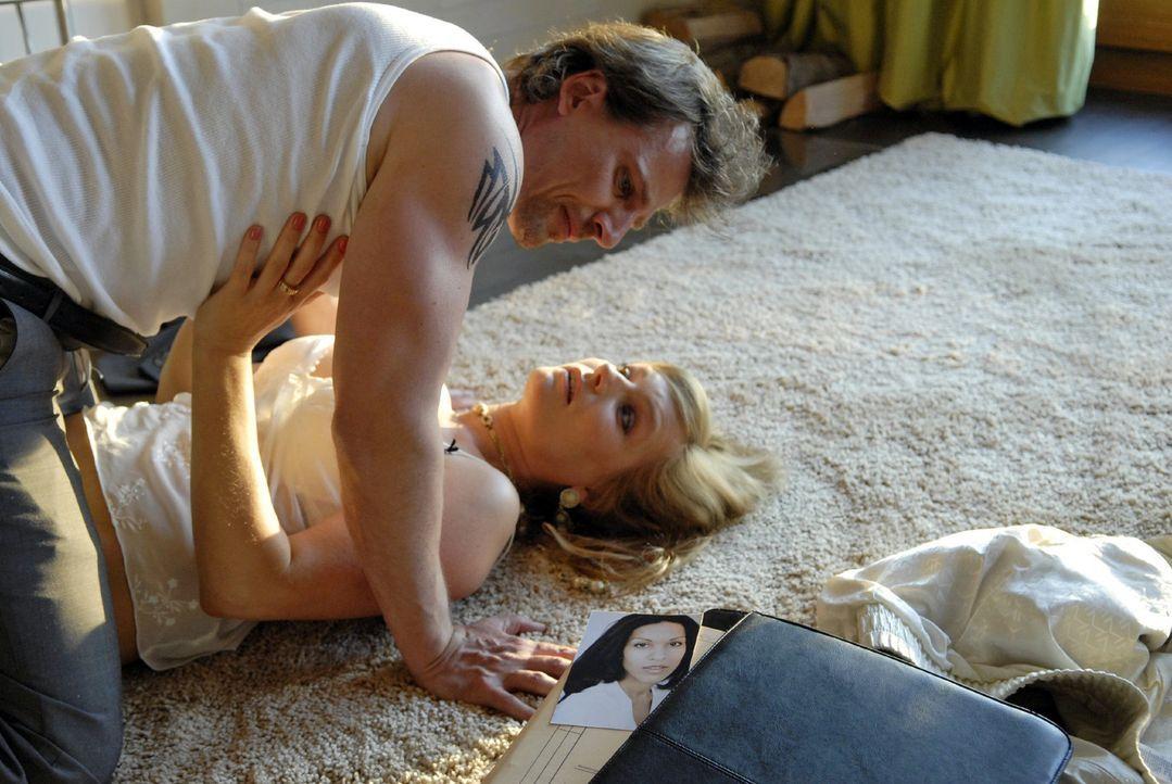 Niemand weiß, dass Alex (René Steinke, l.) mit Eve (Lucia Gailova, r.), die Frau seines Chefs und Mentors, ein Verhältnis hat ... - Bildquelle: Christoph Assmann Sat.1