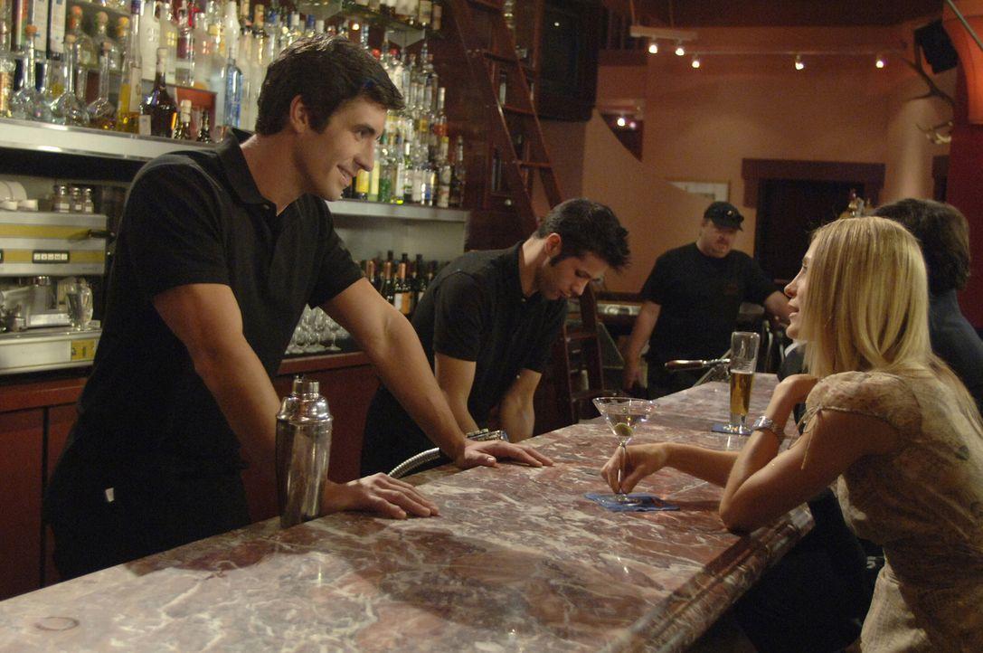 Nach all den Vorwürfen von Sandy, schüttet Kirsten (Kelly Rowan, r.) ihr Herz bei einem Barkeeper (Matthew J. Williams, l.) aus und gönnt sich ei... - Bildquelle: Warner Bros. Television