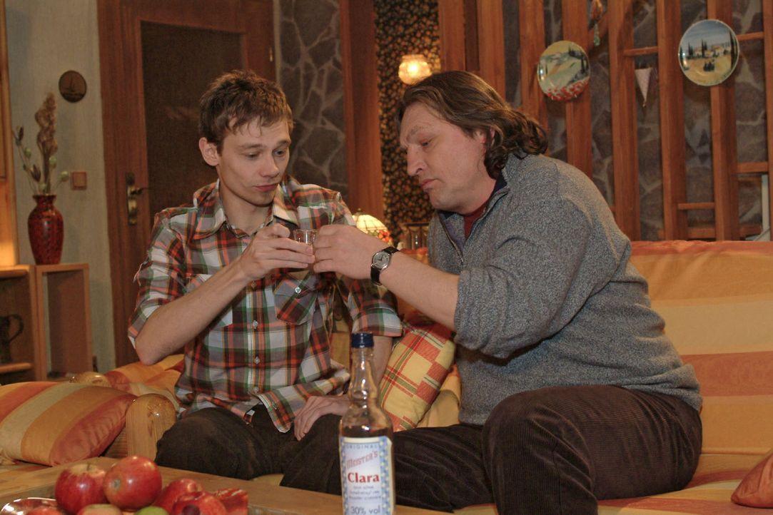 Darauf erst mal einen Schnaps: Jürgen (Oliver Bokern, l.) und Bernd (Volker Herold, r.) stoßen auf die Verlobung an. - Bildquelle: Monika Schürle Sat.1