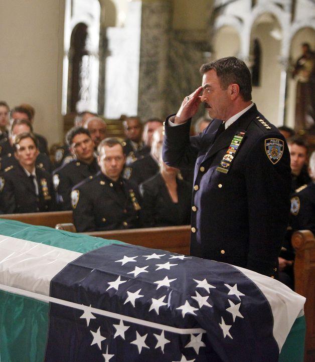 Frank Reagan (Tom Selleck, r.) nimmt Abschied von einer geschätzten Kollegin, die bei einem Einsatz erschossen wurde ... - Bildquelle: 2010 CBS Broadcasting Inc. All Rights Reserved