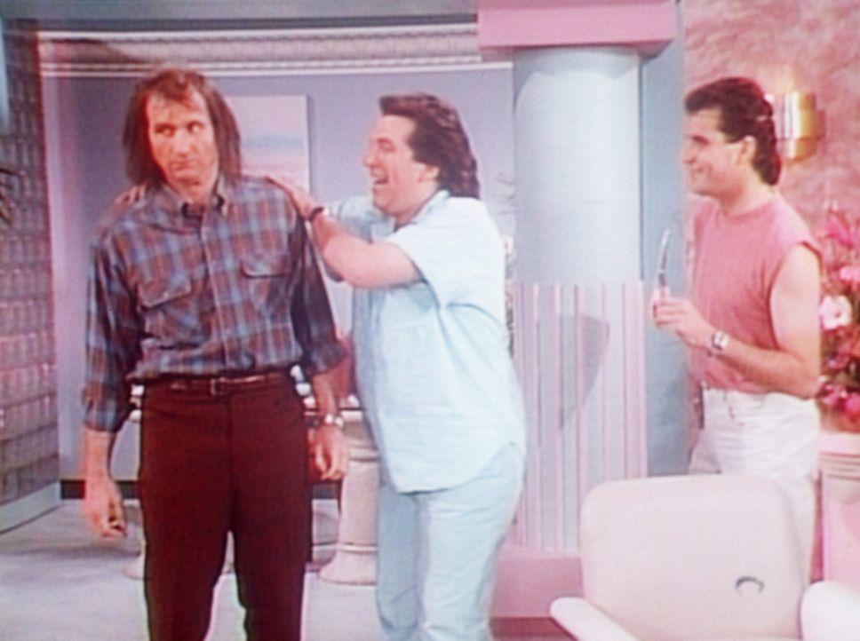 Nach dem Tod seines Friseurs sucht Al (Ed O'Neill, l.) den extravaganten Salon von Mr. Adonis (Kenny Sacha, r.) und Mr. Ron (Steven Levy, M.) auf. - Bildquelle: Sony Pictures Television International. All Rights Reserved.