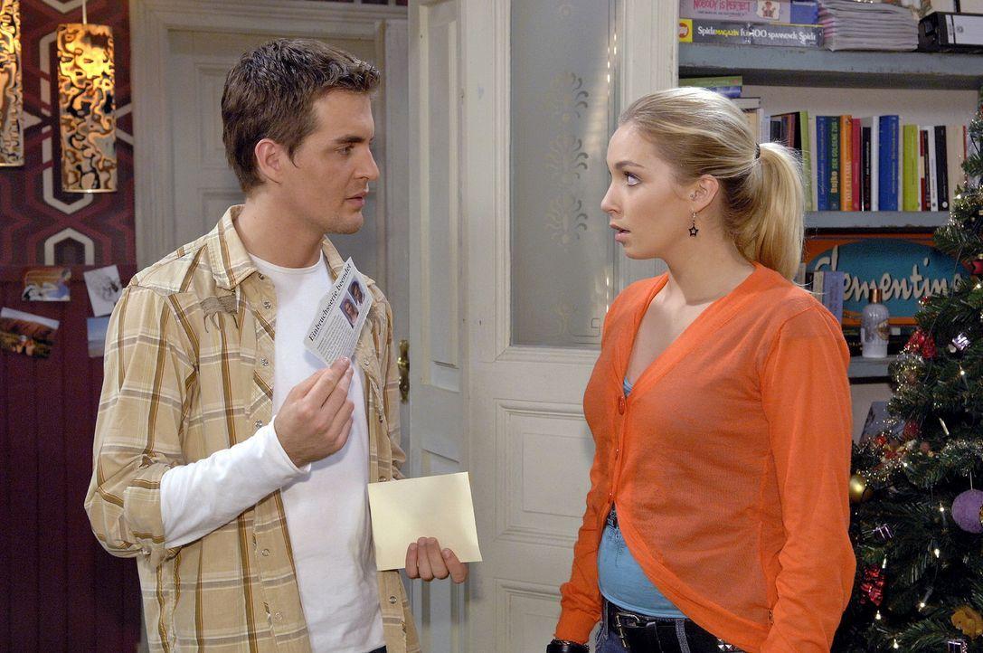 Lily (Jil Funke, r.) ahnt Böses, als Lars (Alexander Klaws, l.) von Rico ein unangenehmes Geschenk erhält. - Bildquelle: Claudius Pflug Sat.1