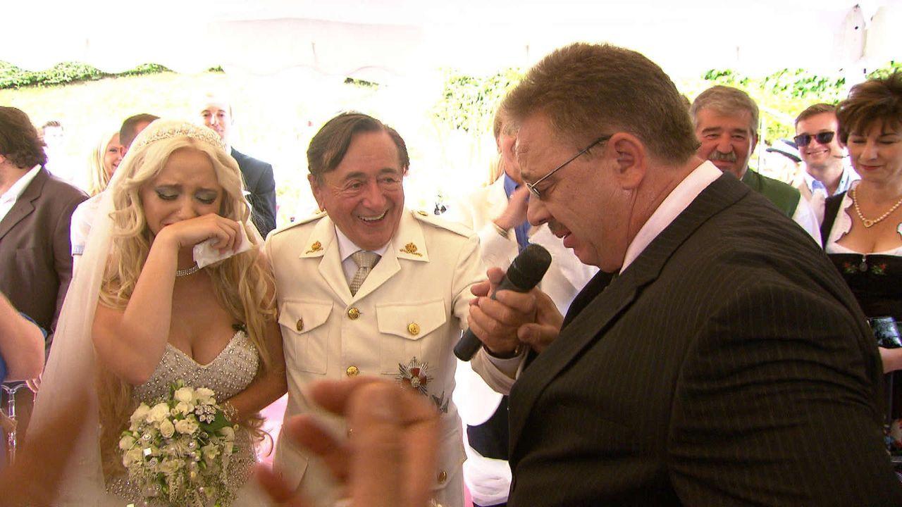 """Der Vater (r.) von Cathy Schmitz alias """"Spatzi"""" (l.) hält eine herzergreifende Hochzeitsrede, von der auch Bräutigam Richard Lugner (M.) angetan ist... - Bildquelle: SAT.1"""