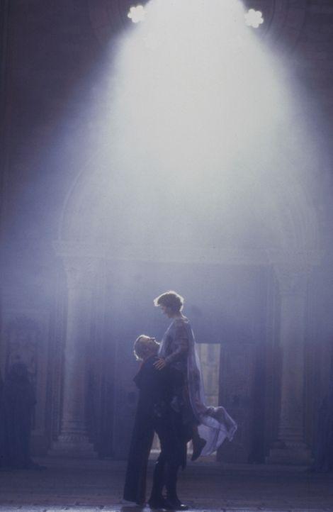 Der Bann ist gebrochen: Navarre (Rutger Hauer, l.) und die schöne Isabeau (Michelle Pfeiffer, r.) stehen sich in endlich wieder in Menschengestalt... - Bildquelle: 20TH CENTURY FOX FILM CORP. INC