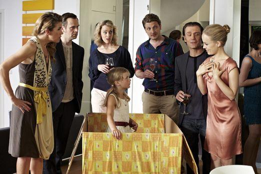 Ladykracher - Eine Party-Gastgeberin (Anke Engelke, l.) bekommt zu ihrem Gebu...