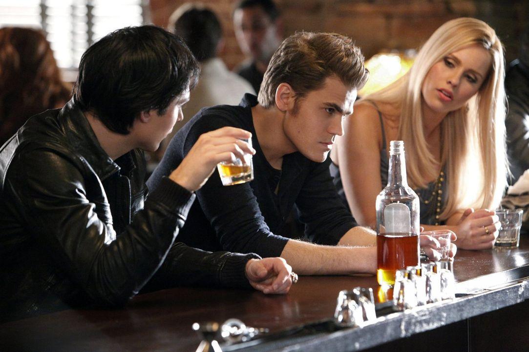 Was ist nur mit Damon (Ian Somerhalder, l.), Rebekah (Claire Holt, r.) und Stefan (Paul Wesley, M.) los? - Bildquelle: Warner Brothers