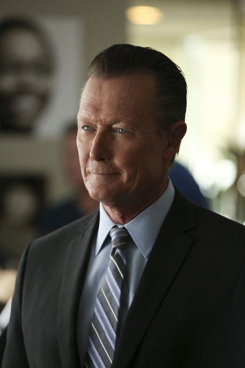 Cabe (Robert Patrick) ist froh, als er seinen alten Job wiederbekommt, doch gleich der erste Auftrag hat es in sich ... - Bildquelle: Monty Brinton 2015 CBS Broadcasting, Inc. All Rights Reserved.