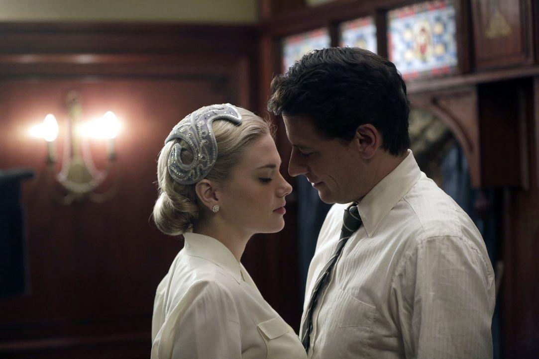 Weil ihn der Tod des Königs an seine Verlobte (Mackenzie Mauzy, l.) erinnert, droht Henry (Ioan Gruffudd, r.) in Nostalgie abzudriften ... - Bildquelle: Warner Bros. Television