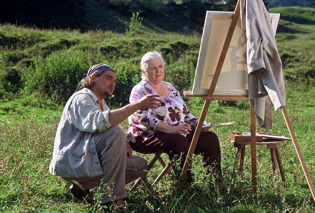 Vincent Förnbacher (Martin Feifel, l.), ein erfolgloser Kunstmaler, versucht in Kooperation mit Resi Berghammer (Ruth Drexel, r.) sein Glück als Leh... - Bildquelle: Magdalena Mate Sat.1