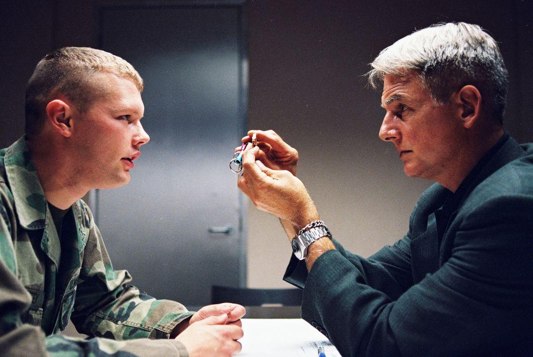 Gibb (Mark Harmon, r.) und seine Agenten treten in Aktion, als sich bei einem Übungssprung eines Marines der Fallschirm nicht öffnet ... - Bildquelle: CBS Television