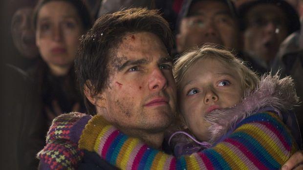 Mehr aus Pflichtbewusstsein als aus Liebe nimmt Ray Ferier (Tom Cruise, l.) a...