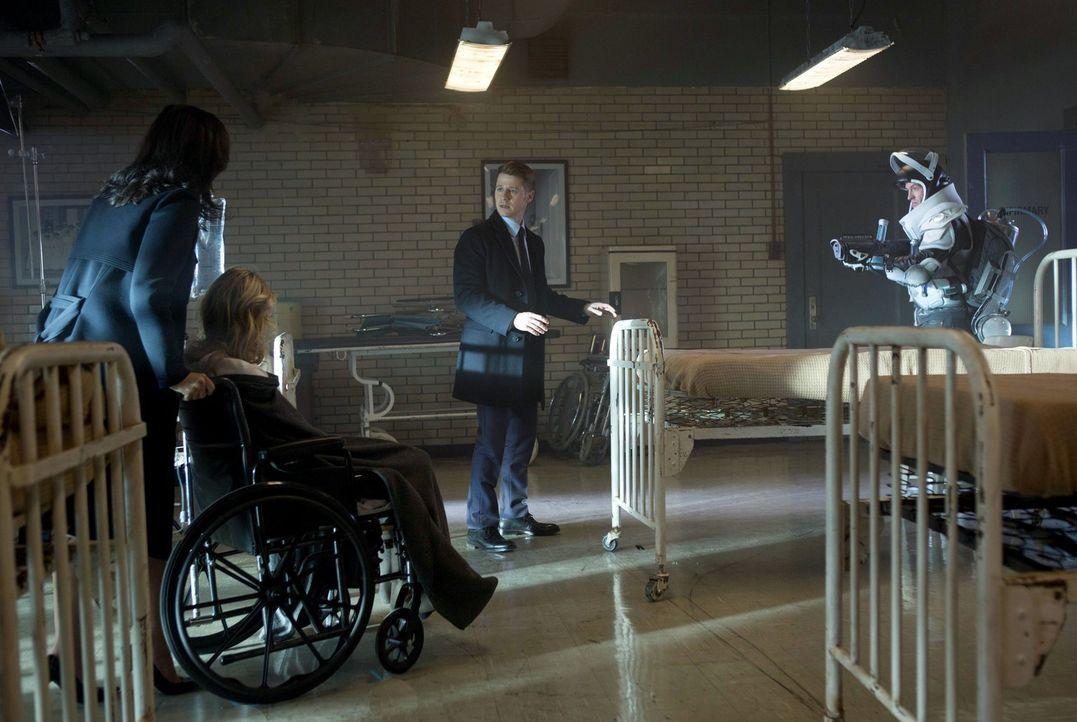 Gordon (Ben McKenzie, 2.v.r.) versucht alles, um Victor Fries (Nathan Darrow, r.) zu fassen. Gemeinsam mit Leslie (Morena Baccarin, l.) versucht er,... - Bildquelle: Warner Brothers
