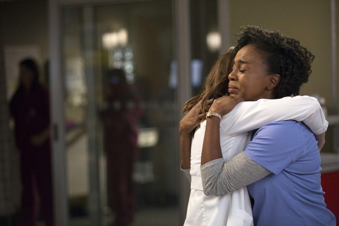 Nach einem Fehler muss sich Amelia (Caterina Scorsone, l.) bei Stephanie (Jerrika Hinton, r.) entschuldigen, während Owen der Meinung ist, dass die... - Bildquelle: John Fleenor ABC Studios