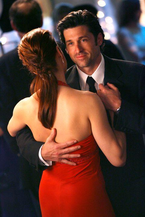 Während Derek (Patrick Dempsey, r.) mit Addison (Kate Walsh, l.) tanzt, reicht Meredith ein tiefer Blick in seine Augen, um zu erkennen, dass ihre A... - Bildquelle: Touchstone Television