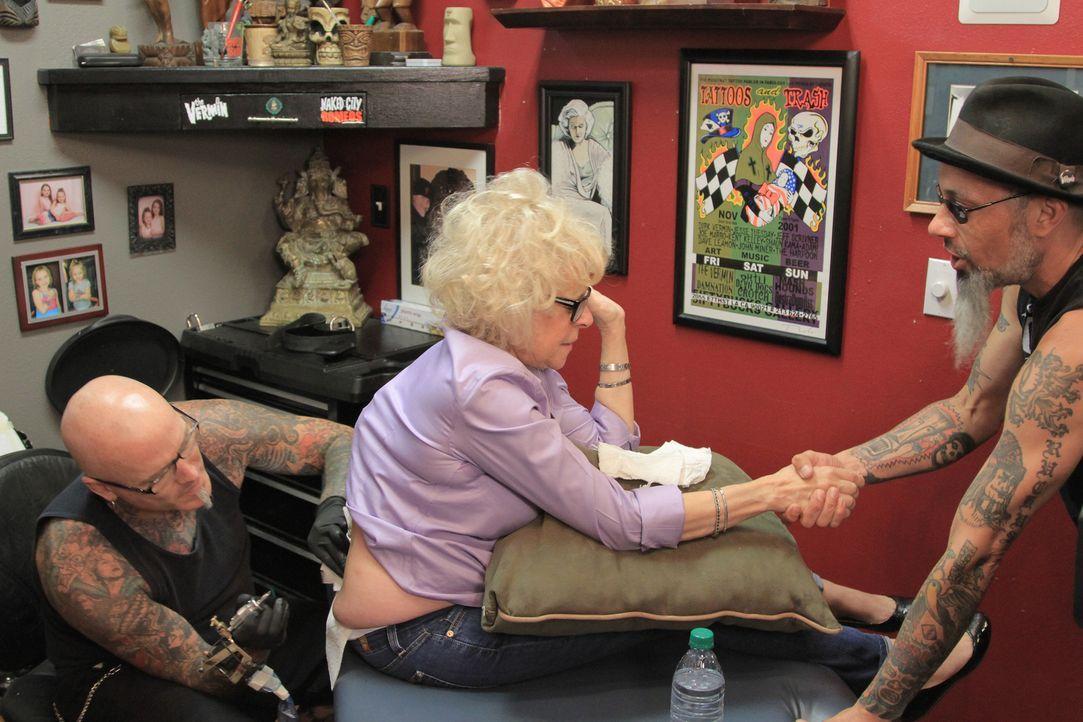 Während Ruckus (r.) Händchen hält, versucht Dirk (l.) das Arschgeweih der 65-jährigen S.J. (M.) in etwas Ansehnlicheres zu verwandeln ... - Bildquelle: 2013 A+E Networks, LLC