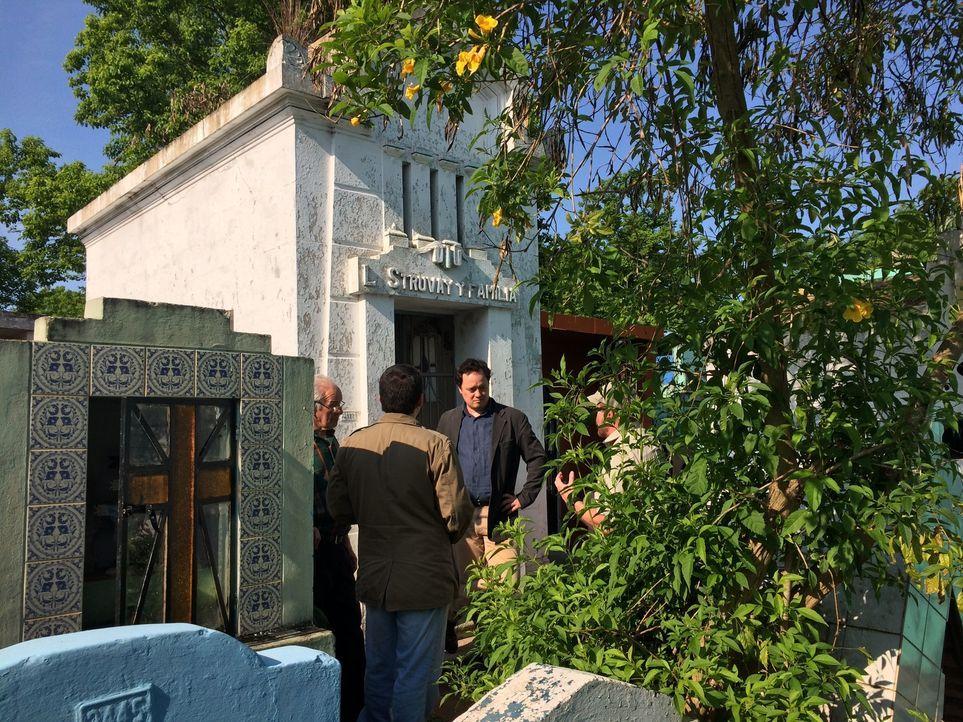 Die Aufklärungsspezialisten Mike Simpson (r.) und Gream Wood (M.) reisen nach Chile und Paraguay, um ein anonymes Grab zu untersuchen, in dem ein en... - Bildquelle: 2016 A&E TELEVISION NETWORKS, LLC.