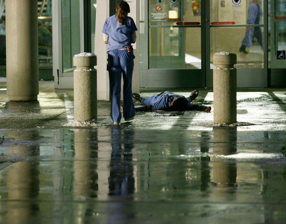 Cristina (Sandra Oh, r.)  rutscht auf einer Eisplatte aus und fällt hin. Gerade als Meredith (Ellen Pompeo, l.) ihr helfen möchte, löst sich ein... - Bildquelle: Touchstone Television