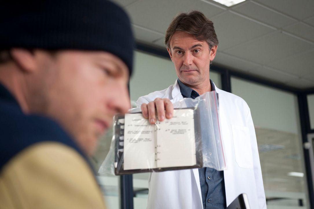 Als Meisner (Robert Lohr, r.) den Terminkalender der Ermordeten untersucht, stößt er auf einige Ungereimtheiten, die er natürlich prompt Mick (Henni... - Bildquelle: Martin Rottenkolber SAT.1
