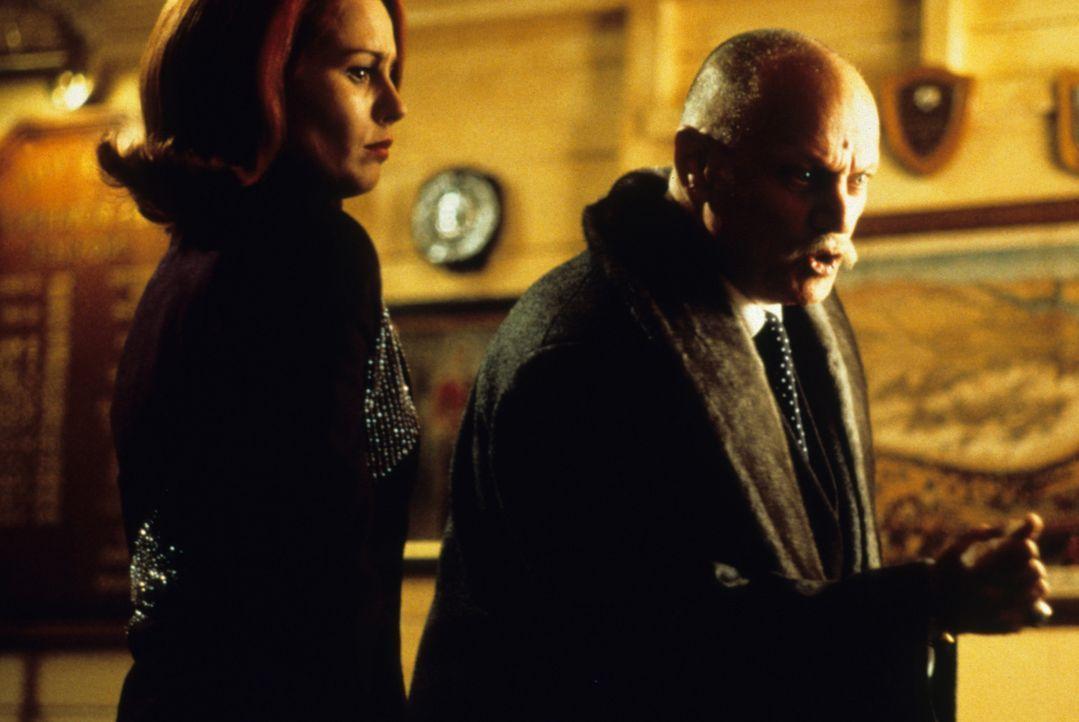 Da Pete keinen anderen Ausweg mehr sieht, hört er auf den Rat seines Freundes und lässt sich mit Masha (Tara Fitzgerald, l.) und dessen Vater Dr.... - Bildquelle: VCL Communications GmbH