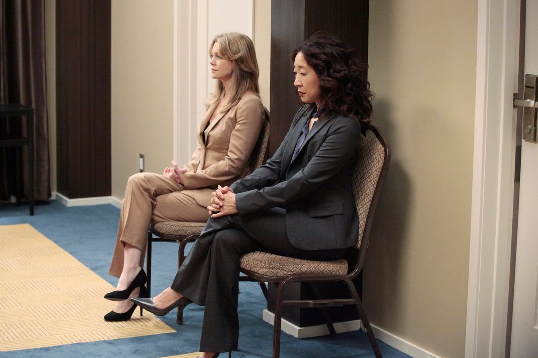 Warten gespannt auf ihre mündliche Prüfung: Cristina (Sandra Oh, r.) und Meredith (Ellen Pompeo, l.) ... - Bildquelle: Touchstone Television