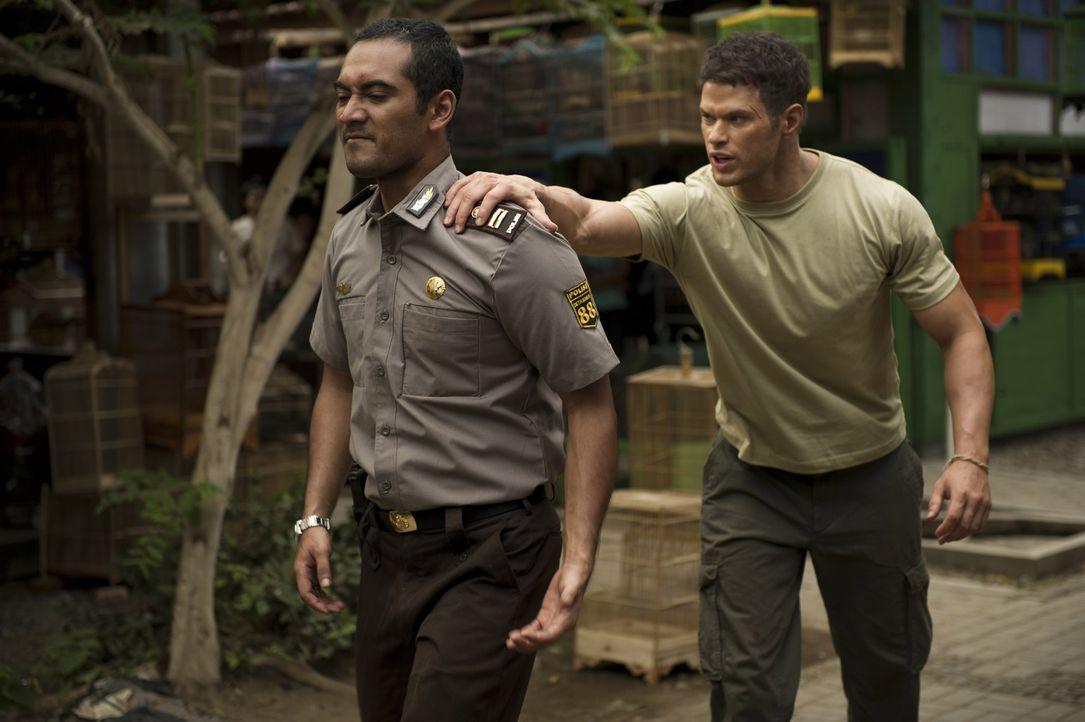 Jack (Kellan Lutz, r.) und Hashim (Ario Bayu, l.) den hemmungslosen und einflussreichen Gangster Malik noch stellen? - Bildquelle: 2012 - JAVA HEAT