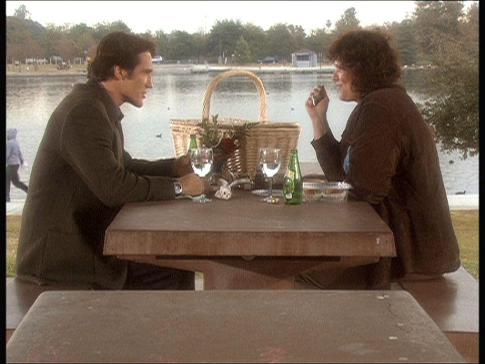 Nachdem Thalia mit einer Überdosis Ephedrin gefunden wurde, bespricht Steve (Barry Van Dyke, l.) diesen Vorfall mit einer engen Freundin. - Bildquelle: Viacom