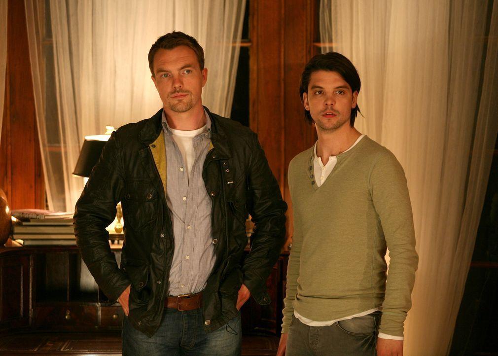 Der Kampf gegen Kreaturen aus der Vergangenheit geht weiter: Connor (Andrew Lee Potts, r.) und Matt (Ciaran McMenamin, l.) ... - Bildquelle: ITV Plc