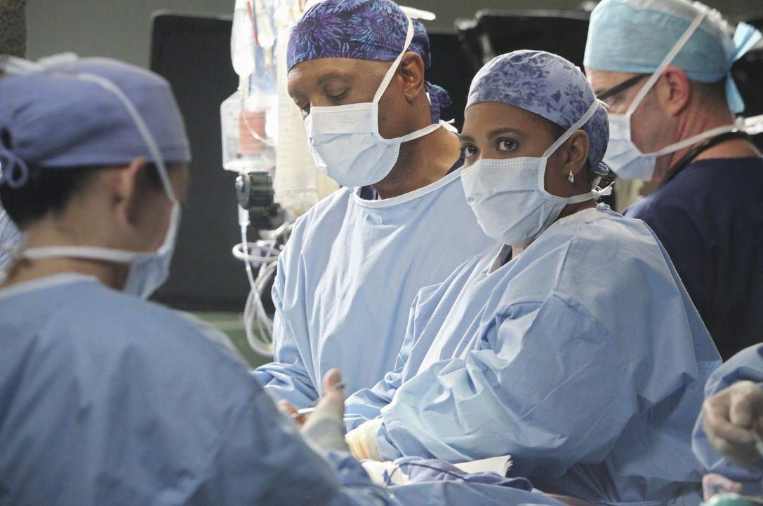 Alle geben ihr Bestes um Callie und das Baby zu retten. Doch können Miranda (Chandra Wilson, 2.v.r.) und Richard (James Pickens, Jr., 2.v.l.) wirkl... - Bildquelle: ABC Studios