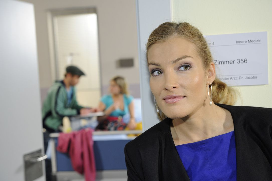 Annett (Tanja Wenzel, r.) zieht ihr intrigantes Spiel gegenüber Mia durch: Sie bleibt bei ihrer Behauptung, sie habe Alexander das Leben gerettet.... - Bildquelle: SAT.1
