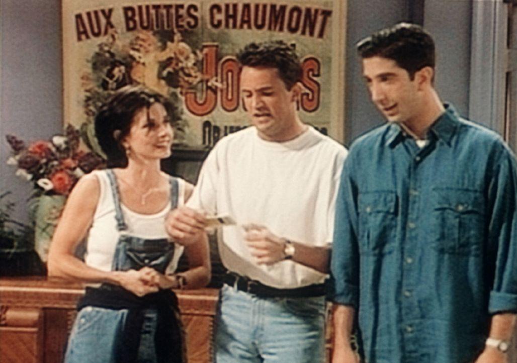 Monica (Courteney Cox, l.), Chandler (Matthew Perry, M.) und Ross (David Schwimmer, r.) haben für ihre Freunde, die nur über wenig Geld verfügen,... - Bildquelle: TM+  2000 WARNER BROS.