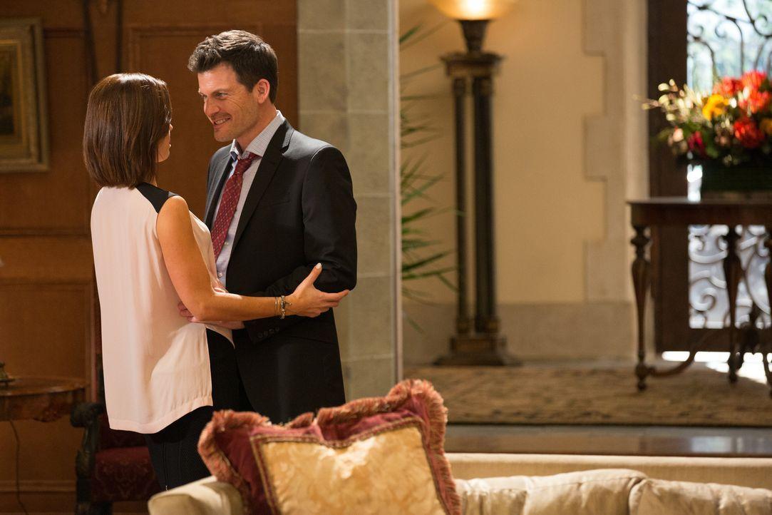 Als Marisol (Ana Ortiz, l.) Nick (Mark Deklin, r.) wegen Dahlia und Opal zur Rede stellt, ahnt sie noch nicht, wie vertrackt die Situation wirklich... - Bildquelle: 2014 ABC Studios