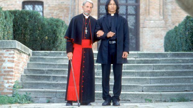 Zusammen mit dem alten Priester (David Gant, l.) versucht der Vampirjäger Pat...