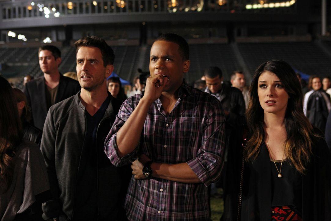 Annie (Shenae Grimes, r.), Dixon (Tristan Wilds, M.) und Ethan (Dustin Milligan, l.) lauschen gespannt dem Auftritt von Adrianna. Leider läuft die... - Bildquelle: 2013 The CW Network. All Rights Reserved