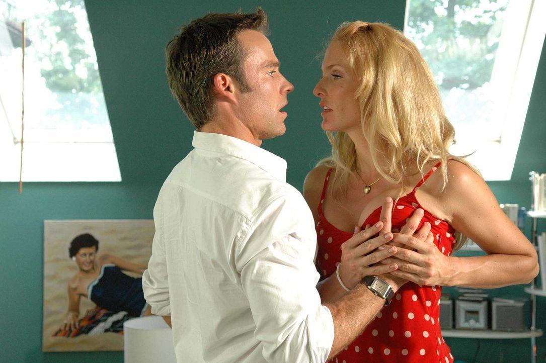 Kann Andrea (Sonya Kraus, r.) Adam (Marco Girnth, l.) bei der Lösung seines Orgasmus-Problems helfen? - Bildquelle: Stefan Erhard ProSieben