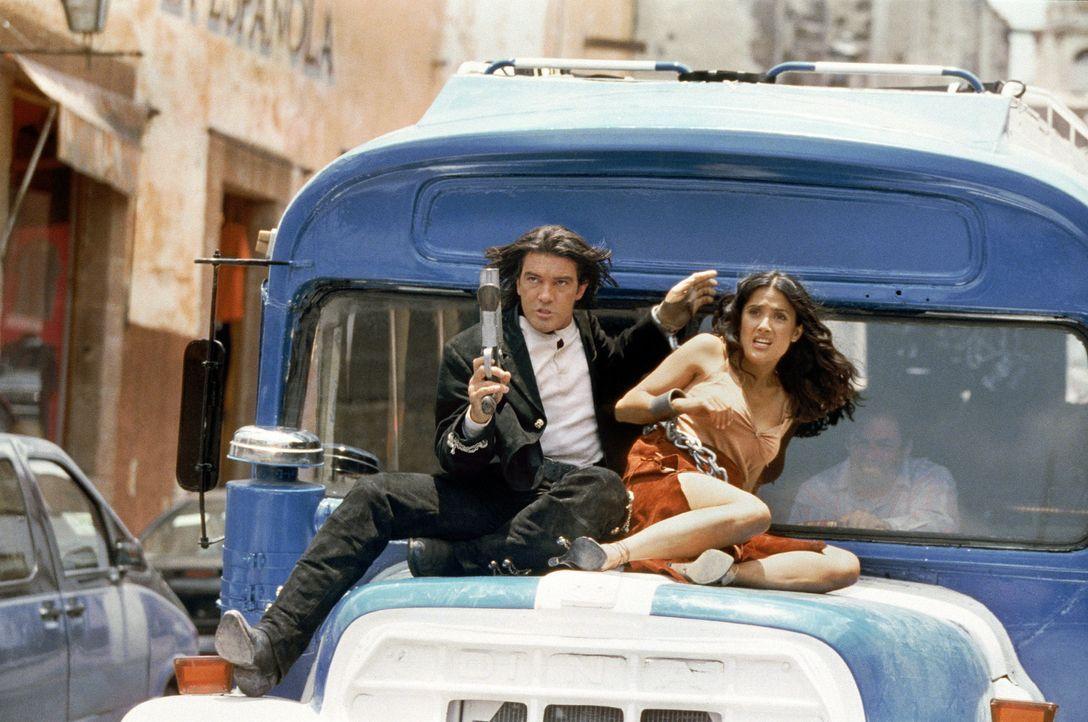 Das waren noch Zeiten: Als El Mariachi (Antonio Banderas, l.) und seine große Liebe Carolina (Selma Hayek, r.) noch vereint waren ... - Bildquelle: Columbia Pictures Corporation