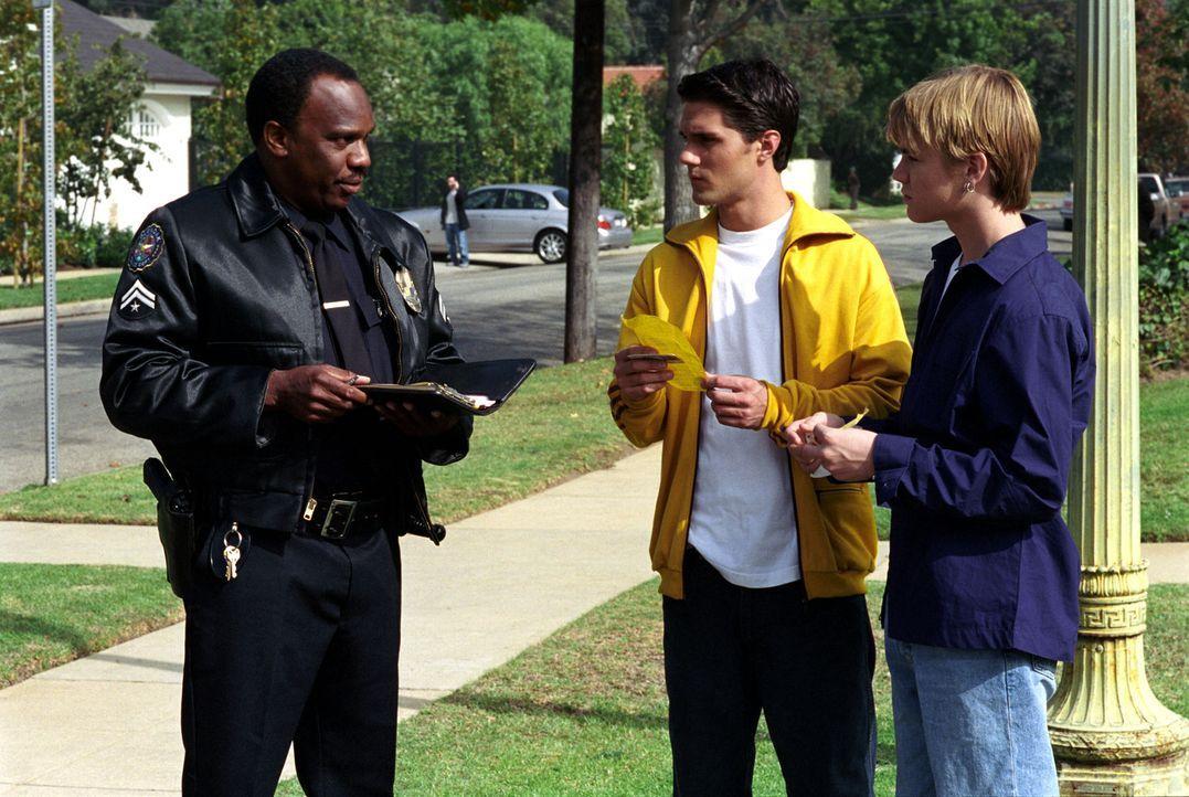 Während Annie ihren Job als Lehrerin kündigt, bekommen Simon (David Gallagher, r.) und Robbie (Adam LaVorgna, M.) Probleme mit der Polizei (Rhomeyn... - Bildquelle: The WB Television Network