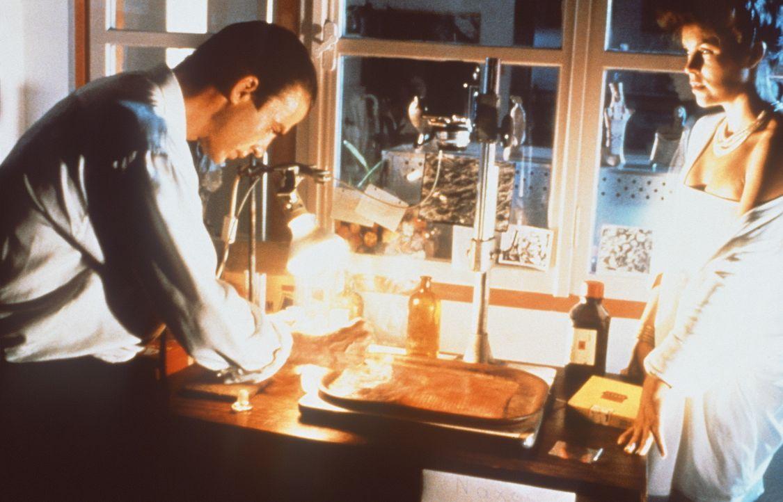 Jake (Jeff Fahey, l.) findet eine Büste von Alexander dem Großen, in der sich eine tönerne Schlange mit Hieroglyphen befindet. Die Schriftzeichen... - Bildquelle: Metro-Goldwyn-Mayer