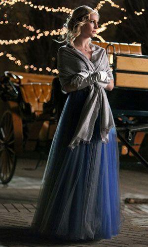 Caroline auf dem Weg zu Klaus - Bildquelle: Warner Bros. Entertainment Inc.