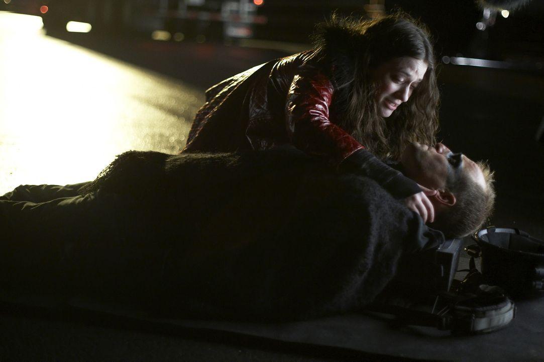 Als Arthur (Woody Harrelson, liegend) von ein paar Rowdys verprügelt wird, kommt ihm die drogenabhängige Prostituierte Kat (Kat Dennings, oben) zu... - Bildquelle: 2009 Darius Films Inc. All Rights Reserved.