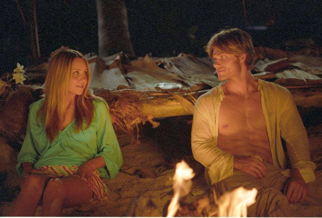 Während Jason (Chris Carmack, r.) fest davon überzeugt ist, auf einer einsamen Insel gestrandet zu sein, weiß Jenny (Amanda Bynes, l.) dagegen sehr... - Bildquelle: Media 8 Entertainment