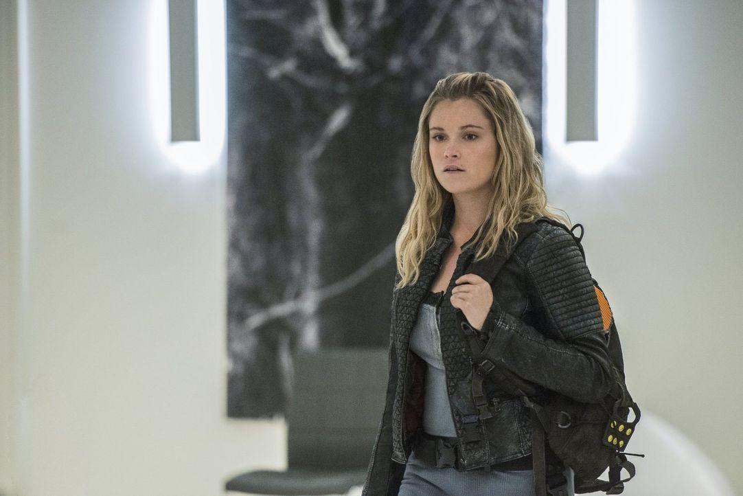 Als Clarke (Eliza Taylor) auf der Insel ankommt, ist sie begeistert von dem ganzen Luxus, doch währenddessen verschlechtert sich der Gesundheitszust... - Bildquelle: 2016 Warner Brothers
